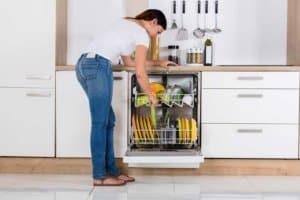 Gegen unangenehme Gerüche beim Öffnen der Spülmaschine rechtzeitig vorgehen de.depositphotos.com